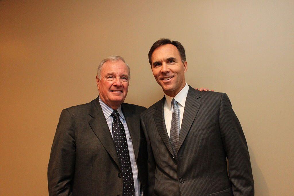 En 2016, le ministre canadien des Finances Bill Morneau, ici en compagnie de l'ancien premier ministre Paul Martin, est revenu sur la promesse libérale d'abolir la déduction d'impôt sur les options d'achat d'actions qui bénéficie les plus nantis de notre société.